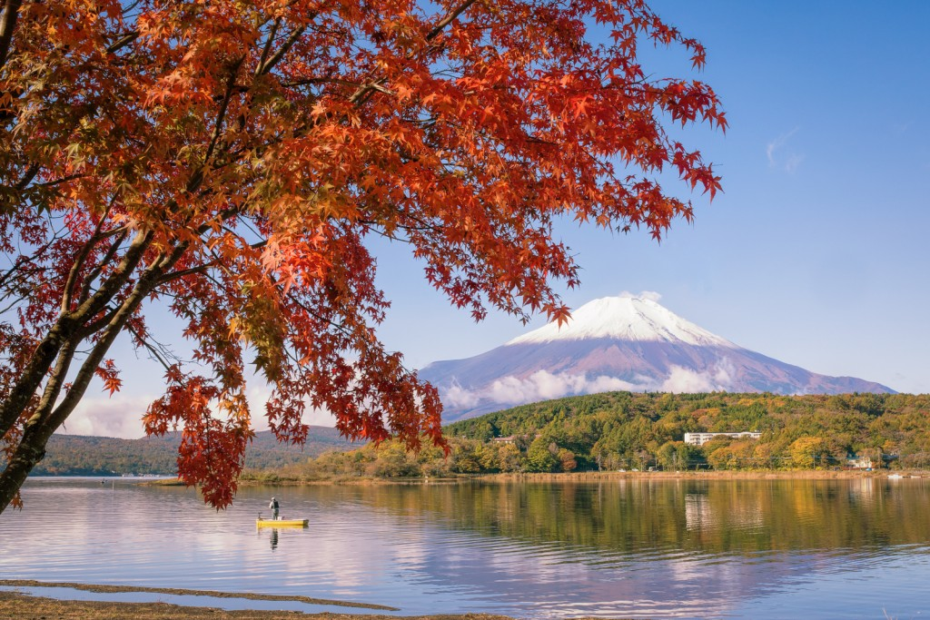Yuga Kurita Lake Yamanaka Mount Fuji maple trees autumn leaves_KE11801