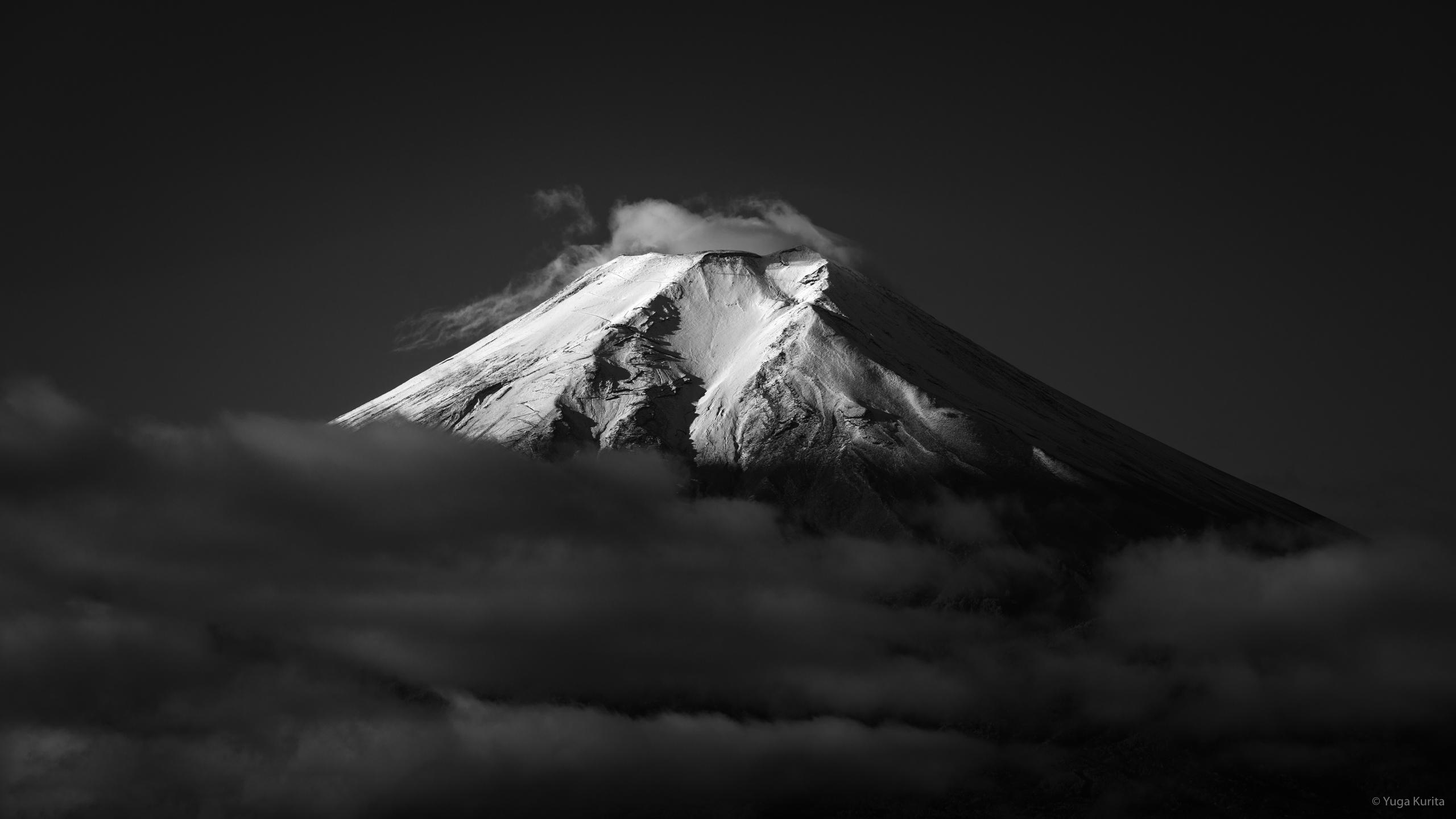 Windows Spotlightで使用されている白黒の富士山を壁紙としてプレゼント